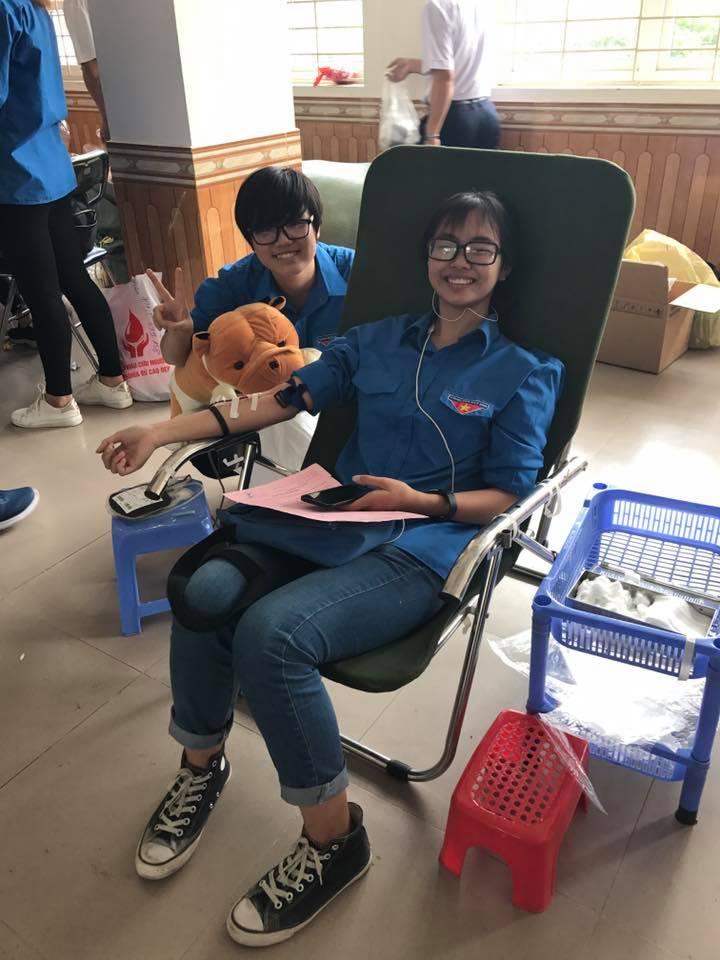 Các ĐVTN tham gia hiến máu tình nguyện tại chương trình